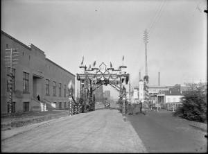 Uroczyste otwarcie fabryki - brama triumfalna
