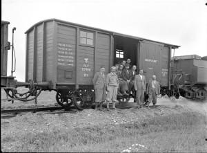 Pracownicy przy wagonie kolejowym