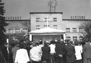 Msza święta pod budynkiem administracji